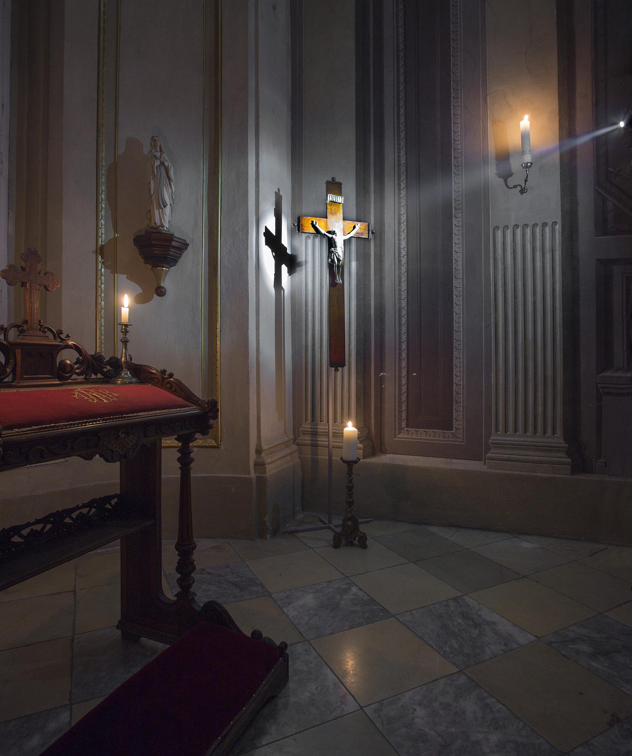 Kříž v kapli